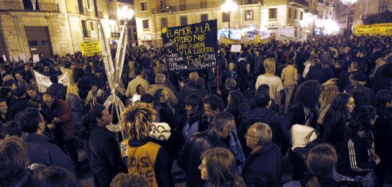 Miles de personas se manifiestan en Valencia contra los recortes presupuestarios en educación.