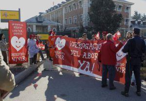 Simpatizantes de Derecho a Vivir, a las puertas del Palacio de la Moncloa en diciembre pasado para reclamar la derogación de la ley del aborto al nuevo Gobierno.