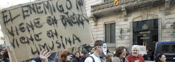 Concentración en Barcelona exigiendo el cierre de los centros de internamiento de extranjeros.