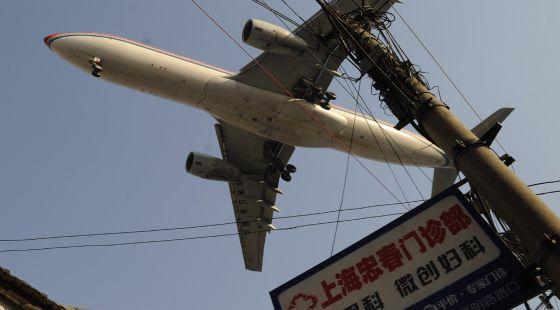 Un avión sobre el aeropuerto internacional de Hongqiao, en Shanghai.