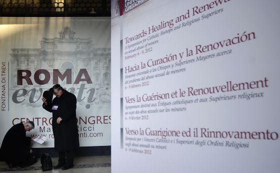 Participantes del congreso sobre las víctimas de abusos llegan a la Pontificia Universidad Gregoriana.