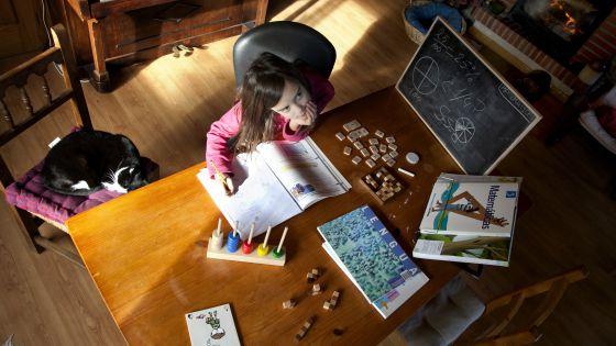 """""""Educar en casa no es copiar el método escolar"""", dicen algunos padres."""