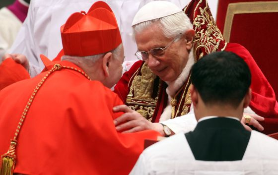Benedicto XVI saluda al nuevo cardenal Francesco Coccopalmerio, el pasado sábado en el Vaticano.