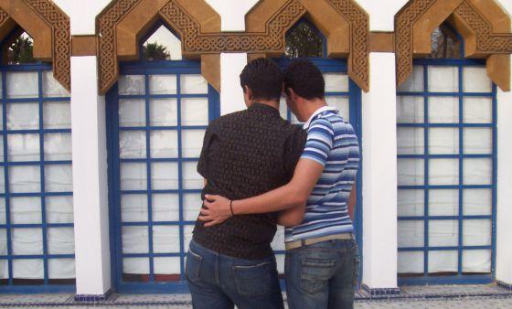 Una pareja de homosexuales en una ciudad de Marruecos.