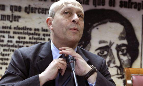 Wert se ajusta la corbata antes de comparecer en el Senado.