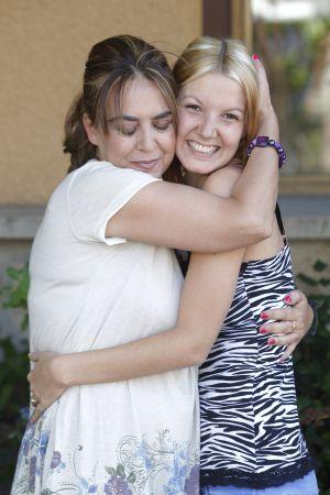 María Luisa abraza a su hija Pilar, 29 años después.