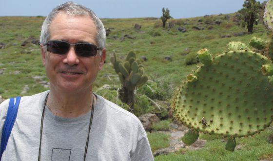 El ex economista jefe del Banco Mundial Nicholas Stern, en Isla Plaza Sur, en las Galápagos.