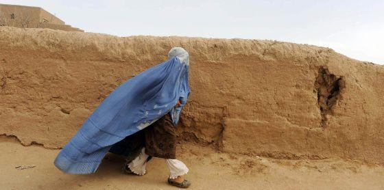Una mujer afgana, vestida con un 'burka', en la ciudad de Herat.