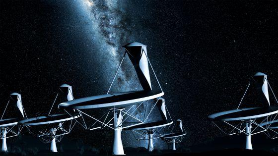 Ilustración del conjunto de antenas del radiotelescopio SKA sobre el fondo celeste con la Vía Láctea.
