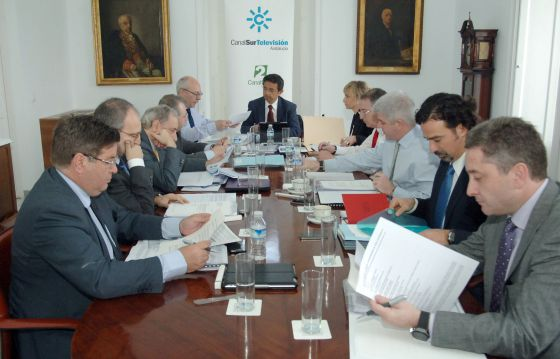 El presidente de la Forta, Pablo Carrasco, al fondo, en un foro sobre televisiones autonómicas en marzo.