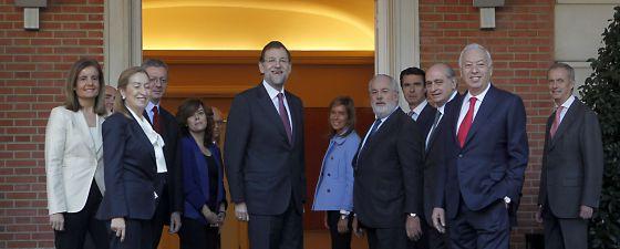Foto de familia del presidente del Gobierno, Mariano Rajoy, y sus ministros, en el palacio de La Moncloa, en diciembre de 2011.