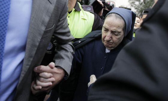 Sor María Gómez Valbuena sale de los juzgados.
