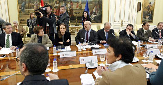El ministro Wert posa con los consejeros antes de la reunión.