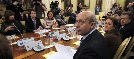 El ministro de Educación, Cultura y Deporte, José Ignacio Wert, trata con los consejeros autonómicos una revisión al alza de las tasas de matrícula universitaria