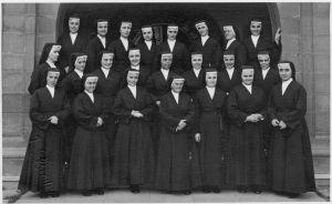 Sor Juana, quinta por la izquierda de la segunda fila. Mercedes Sánchez, en la última fila, apoyada en el muro.