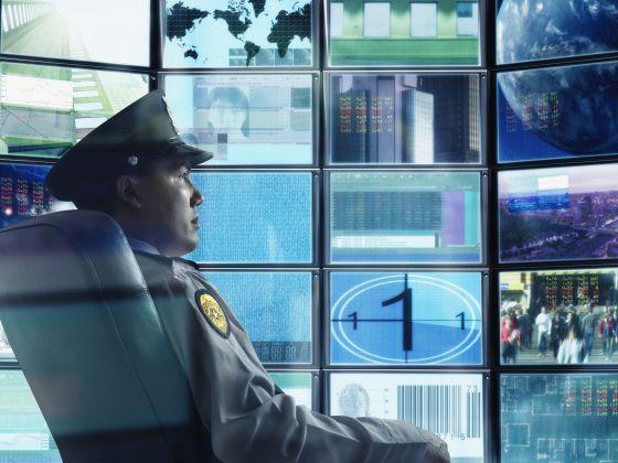 Un guardia de seguridad, frente a un monitor.