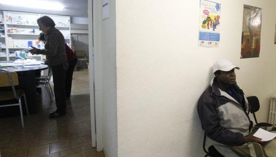 Inmigrantes aguardan para recibir atención médica en la asociación Karibu.