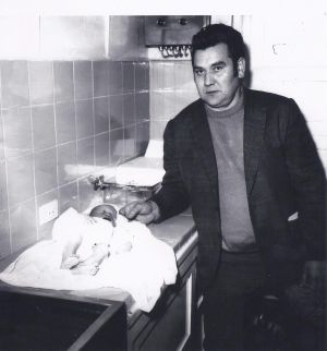 Jesús Lizaso, con el cadáver del bebé que le mostraron en 1972 y que está convencido que no era el de su hijo.