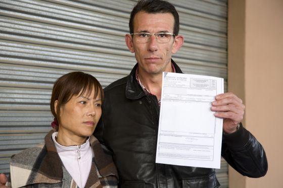 Fan y Guillamó muestran la factura por el tratamiento.