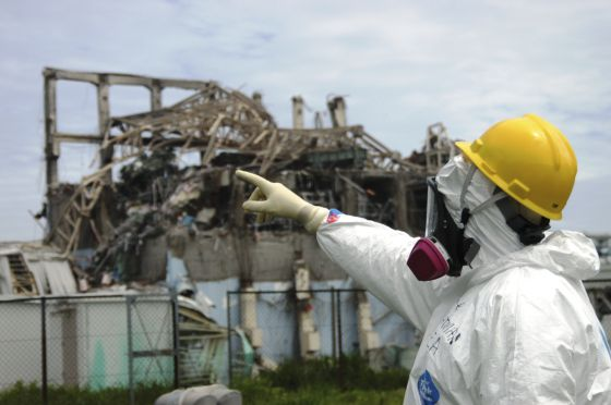 Un técnico examina el reactor 3 de la central de Fukushima.