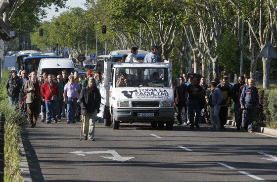 Manifestantes cortan la avenida principal de la Universidad Complutense.