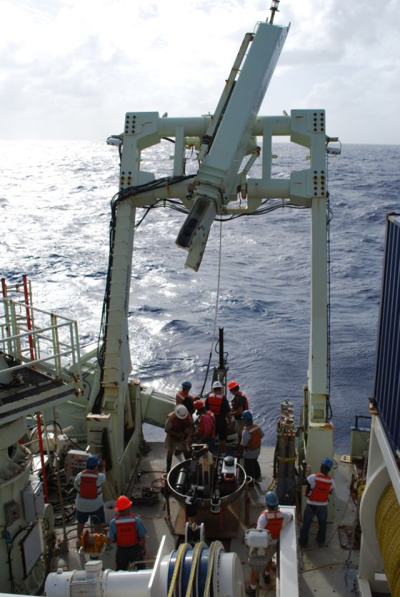 Sondeo en el fondo del Pacífico desde el buque 'RV Knorr'.