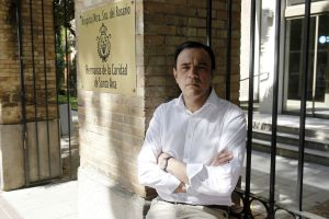 Vicente González Olaya en la puerta del hospital donde desapareció su hermana robada cuando era un bebé.