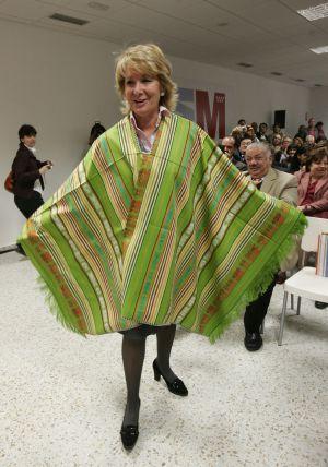 La presidenta de la Comunidad de Madrid, Esperanza Aguirre, con un poncho ecuatoriano.