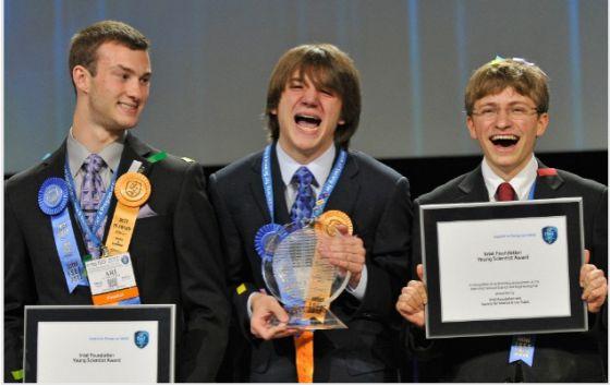 Los tres premiados en el concurso científico más importante del mundo a nivel de institutos, la Feria Internacional de Ciencia e Ingeniería. Jack Andraka, en el centro, fue el ganador absoluto.