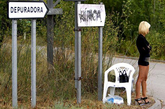 Cataluña cambió su ley para poder sancionar a quienes negocien servicios sexuales en la carretera.