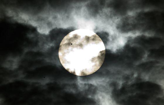 El planeta Venus, como un punto negro en su recorrido por el Sol, visto desde Nueva Delhi (India).