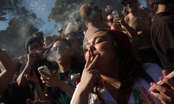 Fumadores de cannabis defienden la liberalización de esta droga en una protesta en el Golden Gate de San Francisco el pasado 20 de abril.