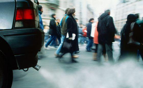 Un tubo de escape emite humos.