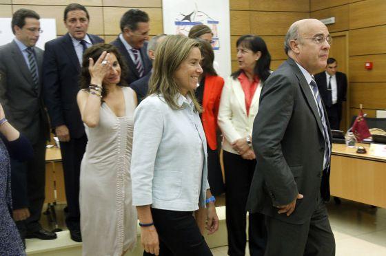 Ana Mato y la secretaria general de Sanidad, Pilar Farjas, acompañadas de los respectivos consejeros y responsables regionales de Sanidad.
