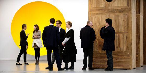 A la izquierda, 'Sin título' (2010), de Anish Kapoor, y a la derecha 'Moon Chest' (2008), de Ai Weiwei, en la Lisson Gallery, en la feria Frieze en Nueva York. / LINDA NYLIND / FRIEZE