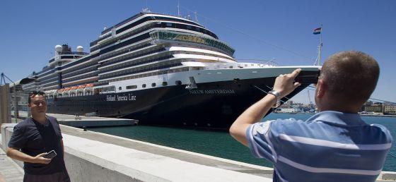 Dos pasajeros del crucero para homosexuales Nieuw Amsterdam.  García-Santos