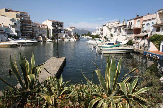 Vista de las viviendas con amarres en los canales de Empuriabrava (Girona), afectados por la ley de costas.