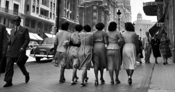 Mujeres de paseo por Madrid en 1959.