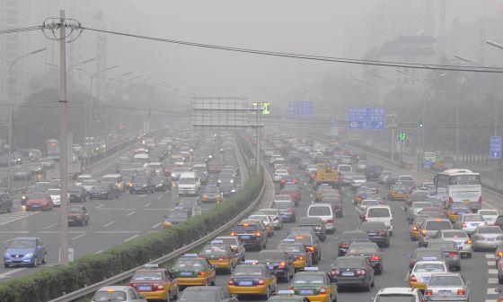 Una carretera de circunvalación de Pekín en un día típico de la capital china.