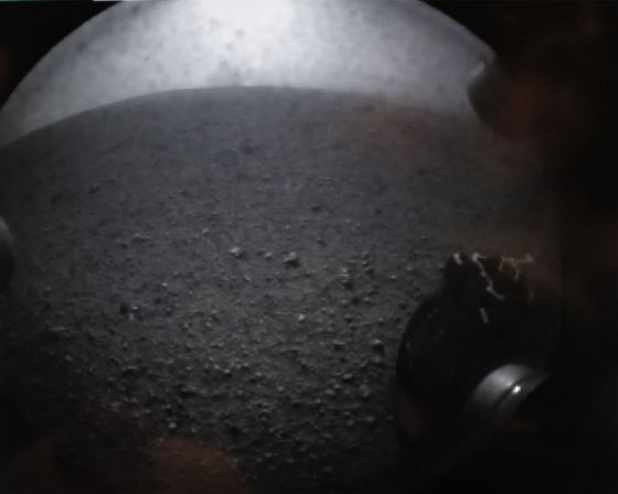 Primera imagen transmitida por el 'Curiosity' desde el cráter Gale que muestra el horizonte de Marte.