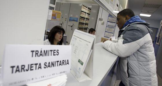 Un inmigrante solicita asistencia sanitaria en Torrejón de Ardoz en 2010.