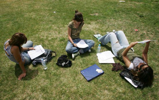Tres estudiantes en el campus durante los exámenes.
