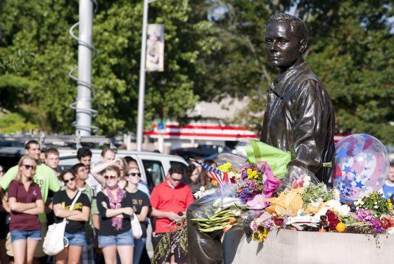 Homenaje frente al busto de Armstrong en la Universidad de Purdue (Indiana)