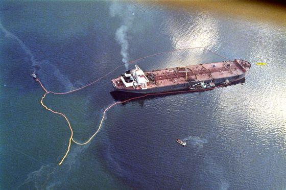 El petrolero 'Exxon Valdez', tras el accidente, vierte su carga de crudo en aguas de la bahía de Prince William, Alaska (EE UU) en 1989.