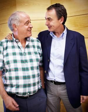 El expresidente del Gobierno José Luis Rodríguez Zapatero, con Alfonso García, su profesor de lengua y literatura en el colegio Leonés.