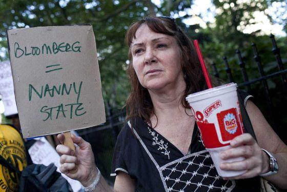 Una mujer se manifiesta en contra de la prohibición de la venta de bebidas azucaradas de gran tamaño en Nueva York