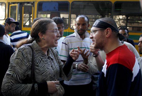 Unos salafistas recriminan a una mujer por no llevar velo en Túnez.