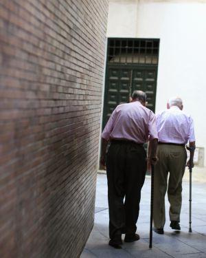 Dos hombres caminan en Sevilla