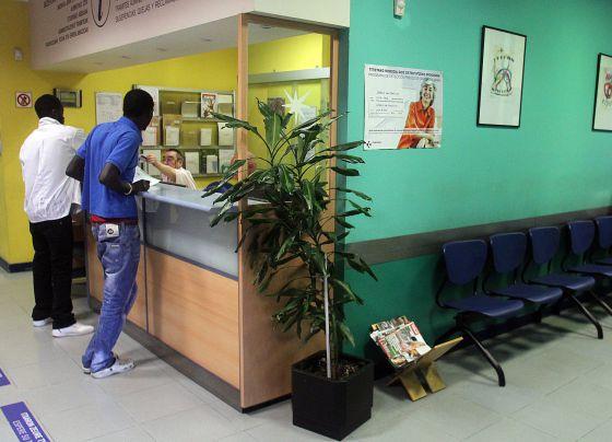 Inmigrantes esperan a ser atendidos en un centro de salud vasco.