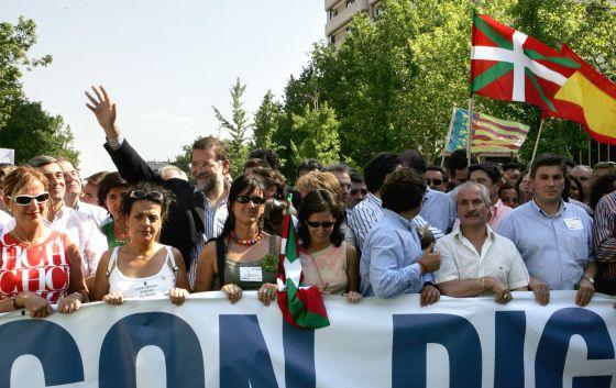 Mariano Rajoy, durante una manifestación contra el diálogo con ETA en junio  de 2005.